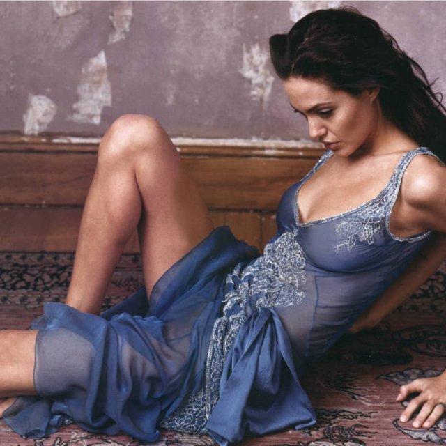 Анджелина Джоли в синей кофте