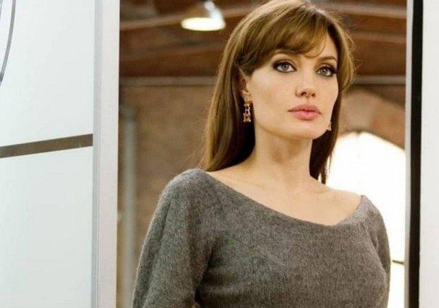 Анджелина Джоли в серой кофте