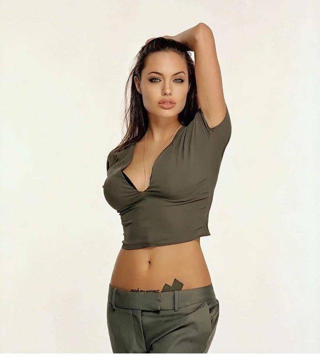 Анджелина Джоли в зеленой кофте