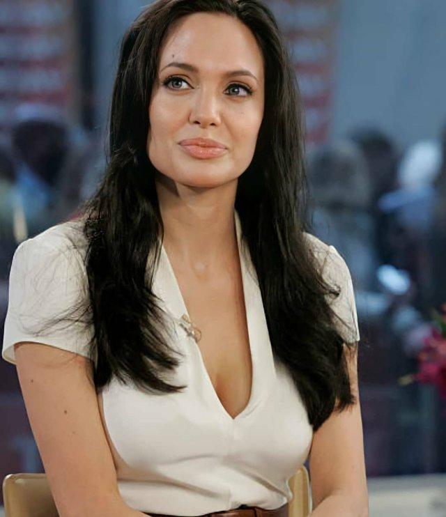 Анджелина Джоли в белой кофте