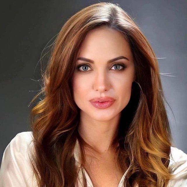 Анджелина Джоли в белой рубашке