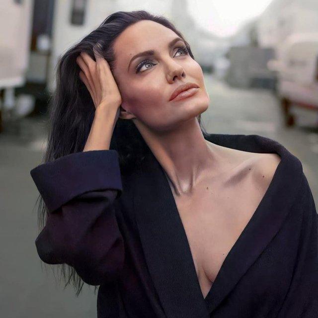Анджелина Джоли в черной кофте с декольте