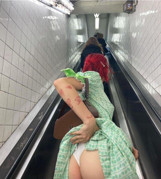 20-летняя дочь Ивана Урганта Эрика Куталия приподняла подол платья в метро и выложила пикантное фото