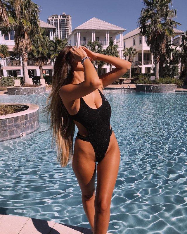 Мэдди Хоуп (Maddie Hope) в черном купальнике