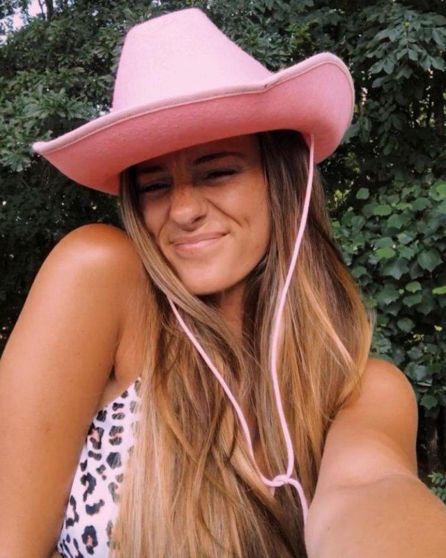 Мэдди Хоуп (Maddie Hope) в леопардовом купальнике и шляпе