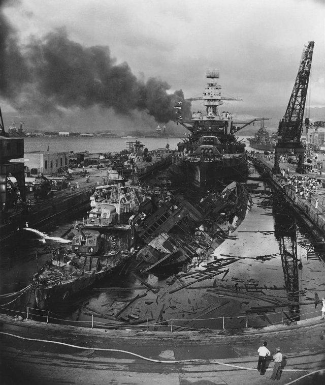 Военная база США в гавани Пёрл-Харбор после бомбардировки японской палубной авиацией. Гавайи, 7 декабря 1941 год