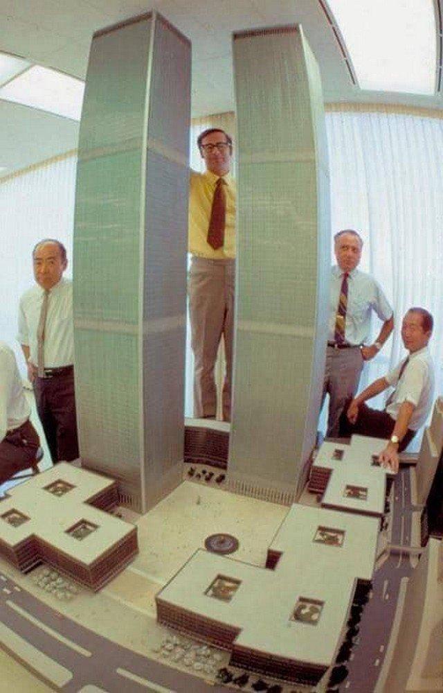 Архитекторы представляют макеты Всемирного торгового центра. США, 1964 год