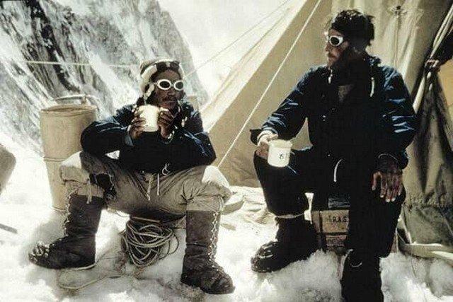 Тенцинг Норгей и Эмунд Хиллари - первые покорители Эвереста, 28 мая 1953 года.