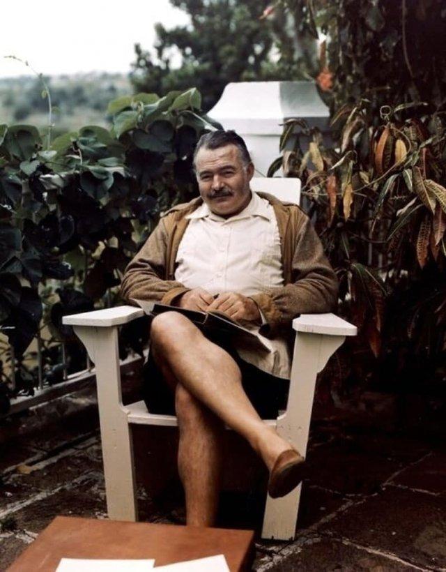 Эрнecт Xeмингуэй в своем доме нa Кубе, 1946 год