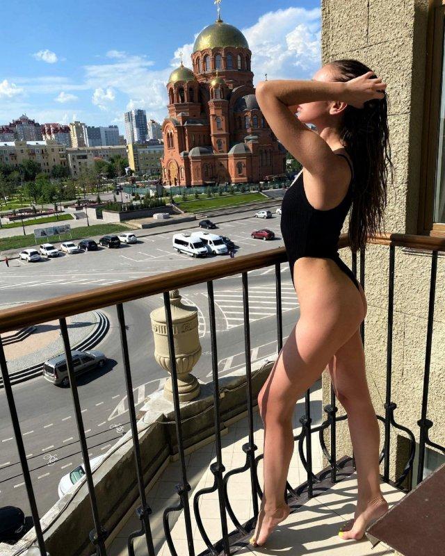 Ольга Бузова в черном куплальнике