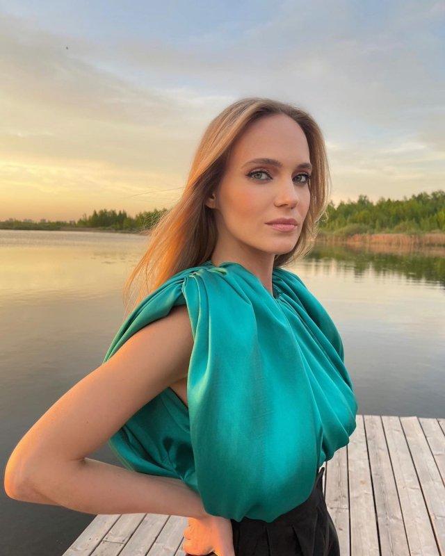 Наталья Чистякова Ионова (певица Глюк'OZA) в зеленом платье