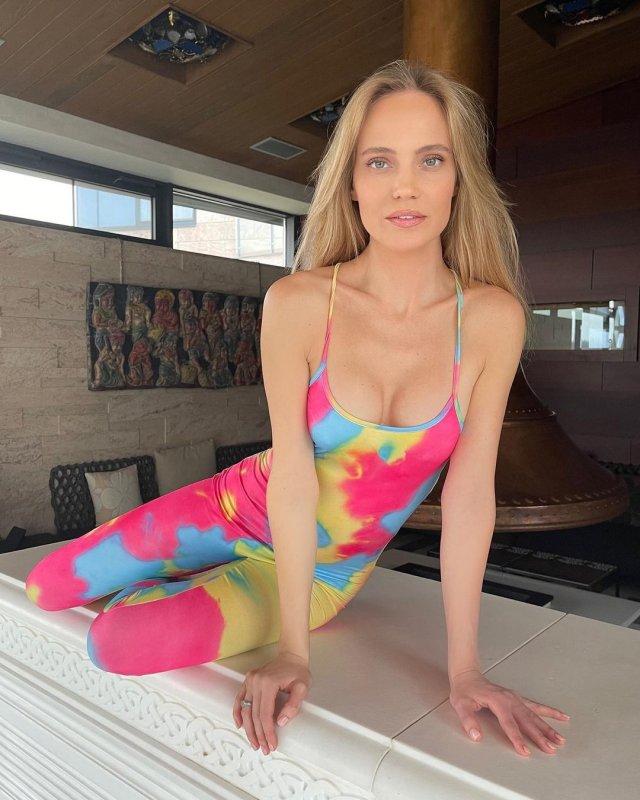 Наталья Чистякова Ионова (певица Глюк'OZA) в разноцветном платье