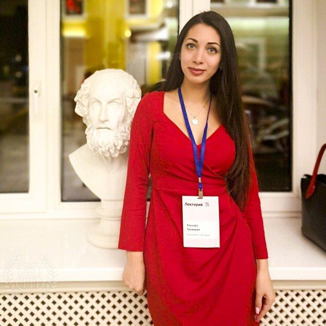 Юрист Эльнара Троицкая, которая подал иск к Ксении Собчак на 50 миллионов рублей в красном платье