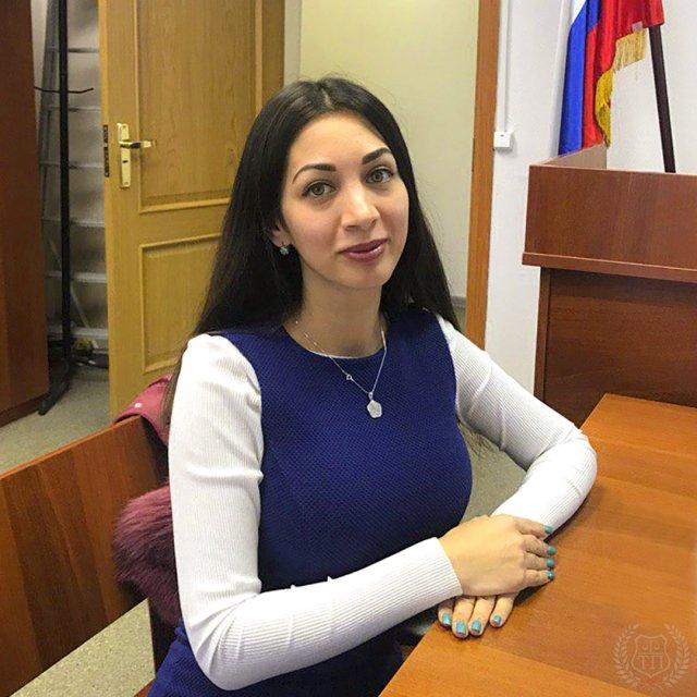 Юрист Эльнара Троицкая, которая подал иск к Ксении Собчак на 50 миллионов рублей  в костюме