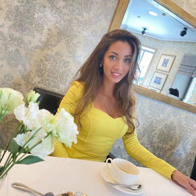 Юрист Эльнара Троицкая, которая подал иск к Ксении Собчак на 50 миллионов рублей  в желтом платье