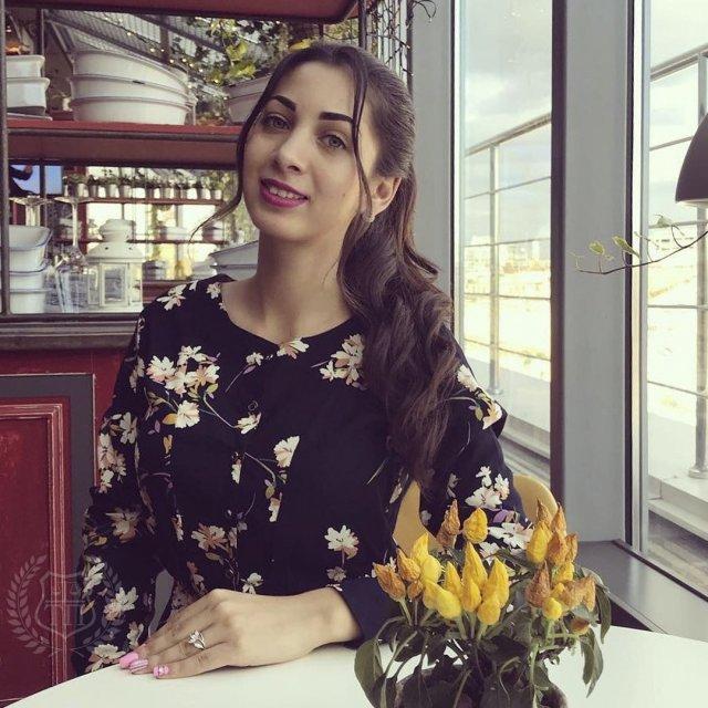 Юрист Эльнара Троицкая, которая подал иск к Ксении Собчак на 50 миллионов рублей в черном платье