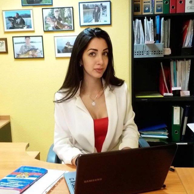 Юрист Эльнара Троицкая, которая подал иск к Ксении Собчак на 50 миллионов рублей  в белом пиджаке