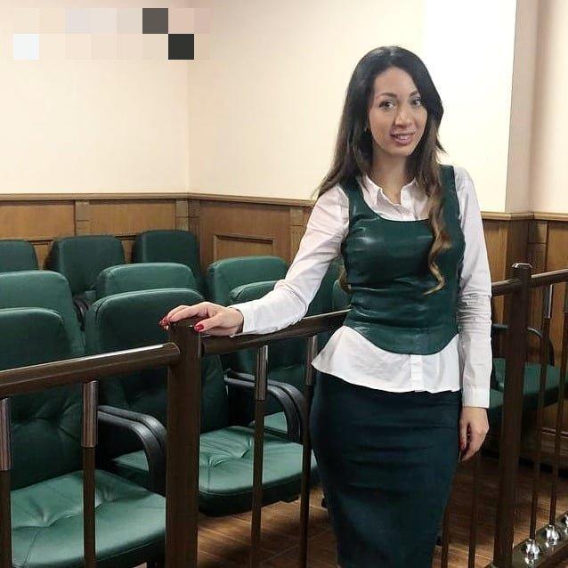 Юрист Эльнара Троицкая, которая подал иск к Ксении Собчак на 50 миллионов рублей  в белой рубашке и кожаной кофте