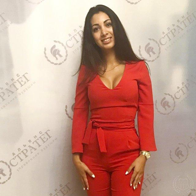 Юрист Эльнара Троицкая, которая подал иск к Ксении Собчак на 50 миллионов рублей  в красном костюме