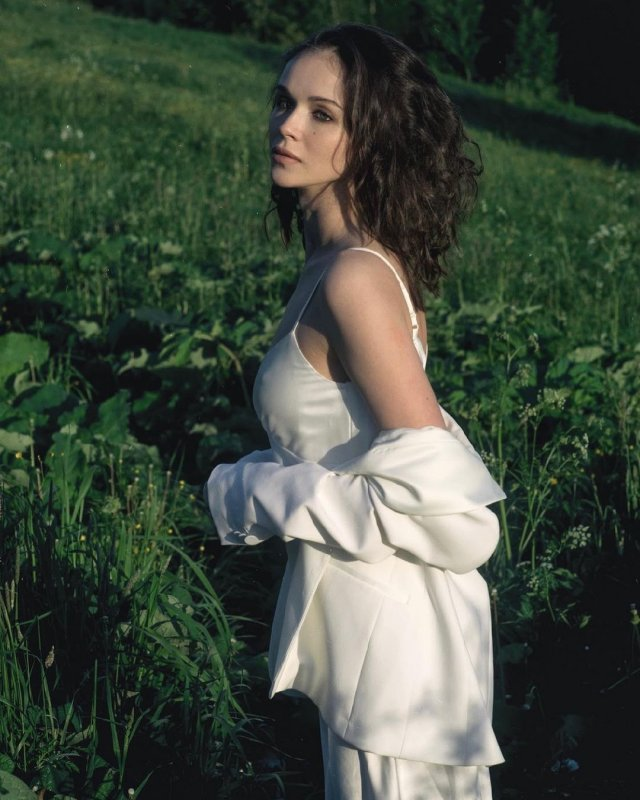 Софья Синицына - актриса, родившая Павлу Табакову дочь  в белом платье