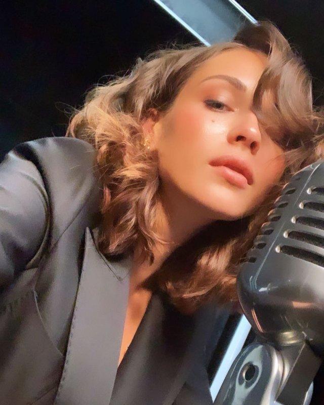 Софья Синицына - актриса, родившая Павлу Табакову дочь  в черном костюме