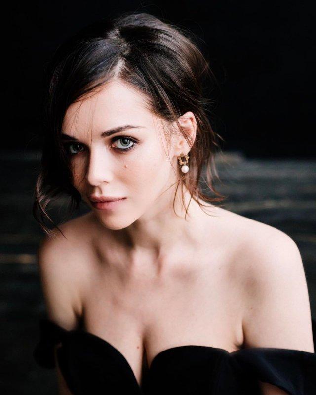 Софья Синицына - актриса, родившая Павлу Табакову дочь  в черном платье