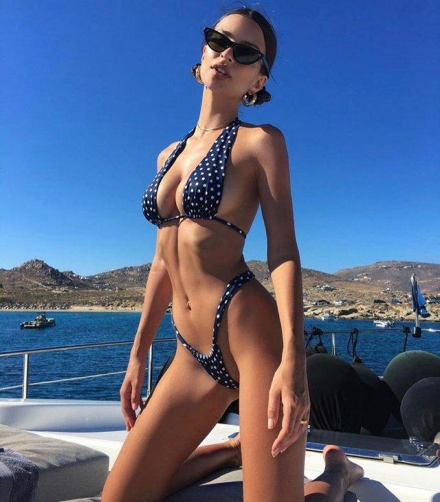 Эмили Ратаковски в купальнике