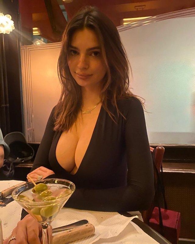 Эмили Ратаковски в черной кофте с глубоким декольте