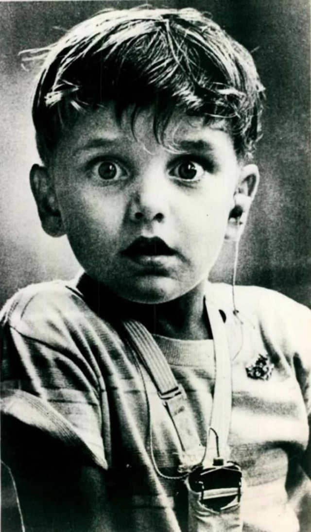 Эмоции слабослышащего ребенка после установки слухового аппарата, 1974 год.