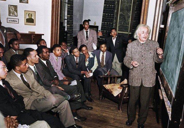 Альберт Эйнштейн преподает в Линкольнском университете.  1946 г.