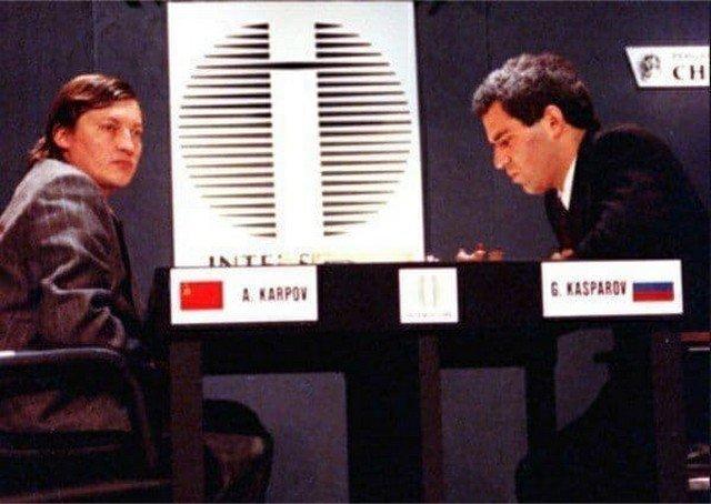 Kaспаров и Карпов играют под разными флагами на чемпионате мира в Нью-Йорке, США, 1990 год.