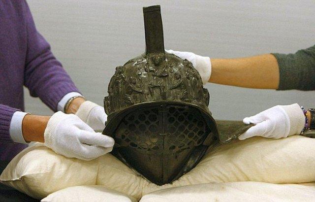 Шлем гладиатора, возраст находки около 2000 лет.