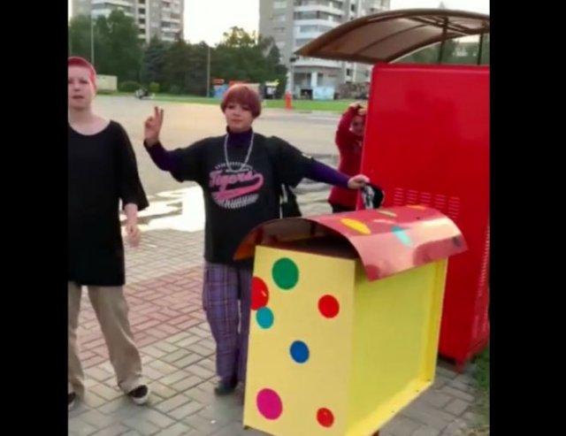 Странные детишки ломают автоматы с жвачками и обворовывают их