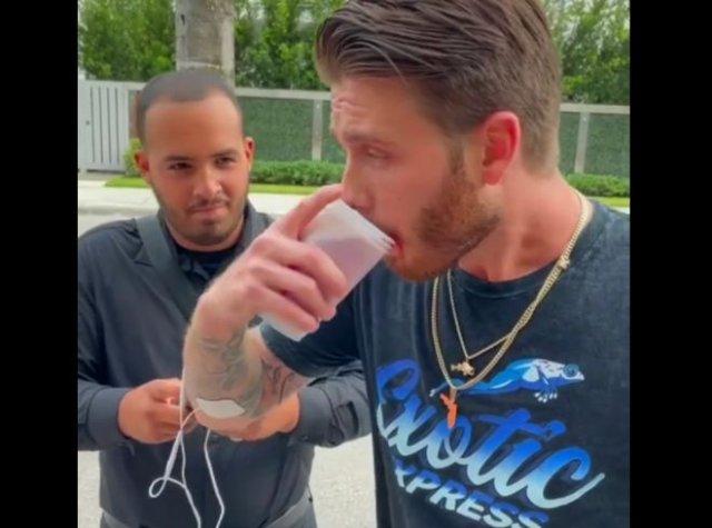 Возможно ли попить из стакана, если вас бьют током?
