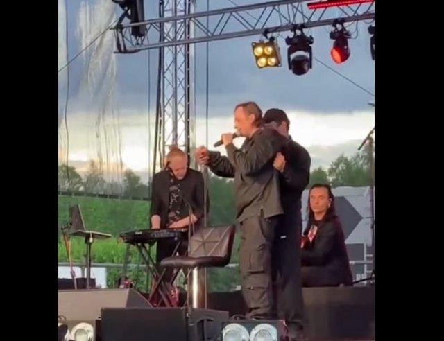 """Солист группы """"Агата Кристи"""" Глеб Самойлов вышел на сцену пьяный и не смог ничего спеть"""