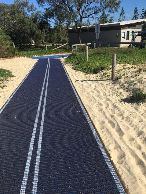 На пляже раскатывают пластиковые коврики для тех, кому сложно идти по песку