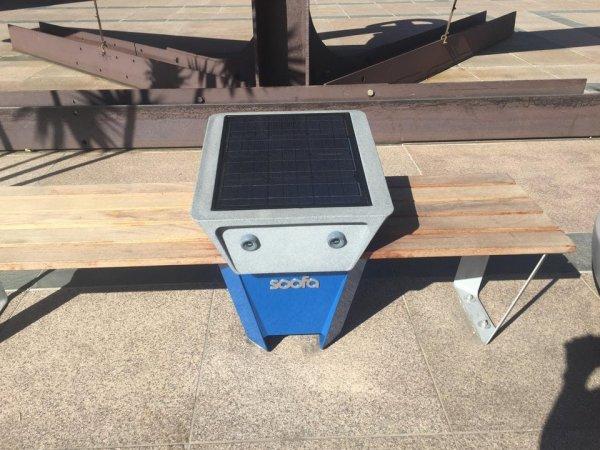 Скамейка с солнечной батареей и USB зарядкой