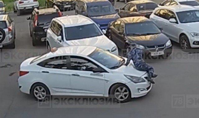 Нетрезвый водитель такси на Пулковской улице в Петербурге покатал охранника на капоте