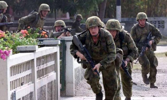 Австралийские солдаты продвигаются с боем в Восточном Тиморе, 1999 год.