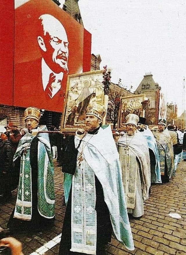 Крестный ход перед церемонией освящения закладного камня Казанского собора. Москва, СССР, 14 ноября 1990 года.
