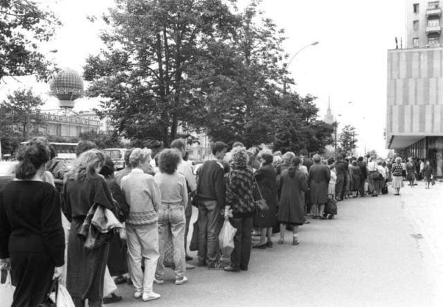 День начала официальной продажи в СССР Марса, Сникерса и Баунти, 1990 год.