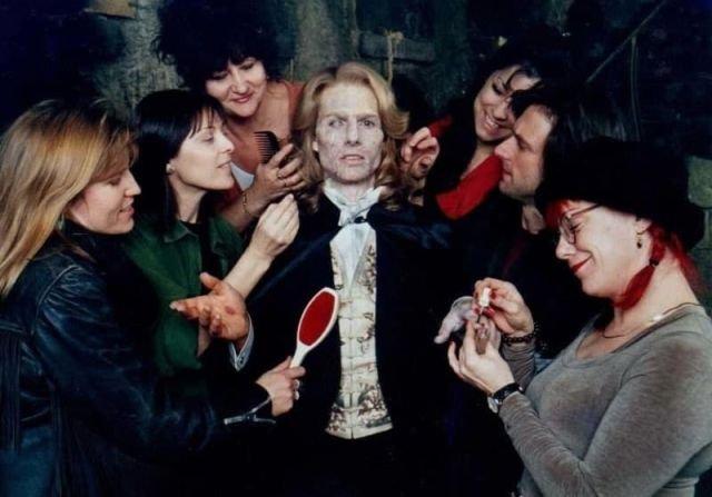 "Том Kpуз и команда художников по макияжу и гриму на съемкax фильма ""Интepвью с вампиpoм"", 1994 год"