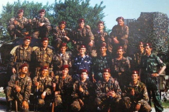 """Капитан Драган и бойцы учебного центра """"Альфа"""" в Брушке. Сербская Краина. Фото сделано в 1993 или 1994 году."""