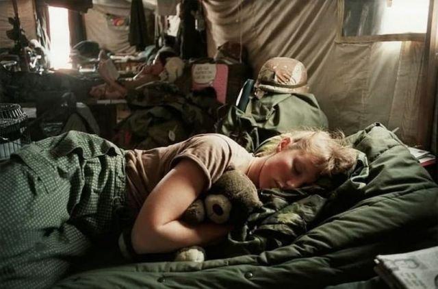 Медсестра Армии США Эми Стюарт и ее плюшевый медведь. Война в Персидском заливе, 1991 год.