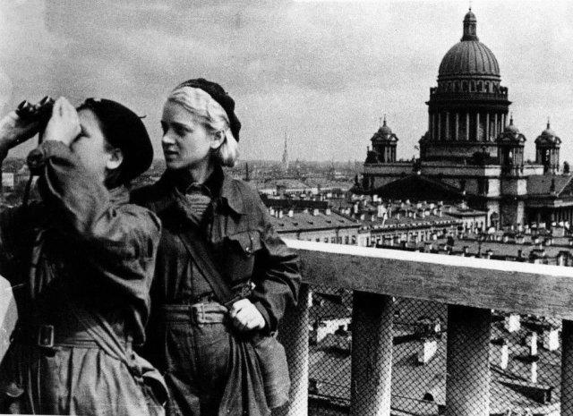 Девушки следят за небом. Ленинград 1942