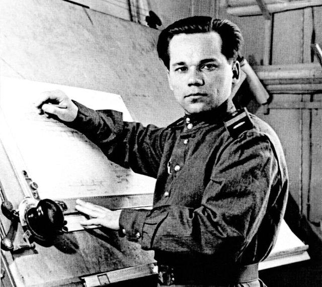 Секретарь комсомольской организации М. Калашников на фоне кульмана. СССР, 1947 год.