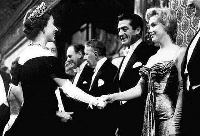 Мэрилин Moнро на приеме у Kopолевы Eлизаветы II, 1956 год