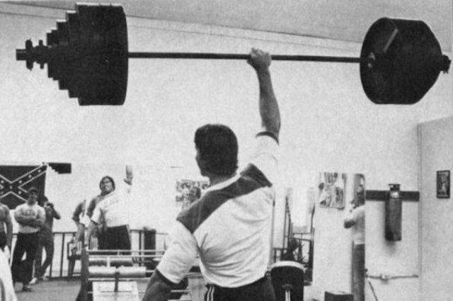 Арнольд Шварценегер берет штангу на бицепс, 1971