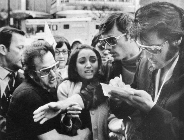 Луиза Чиконне, будущая Мадонна, пытается взять автограф у Элвиса Пресли, Детройт, США, 11 сентября 1970 года.
