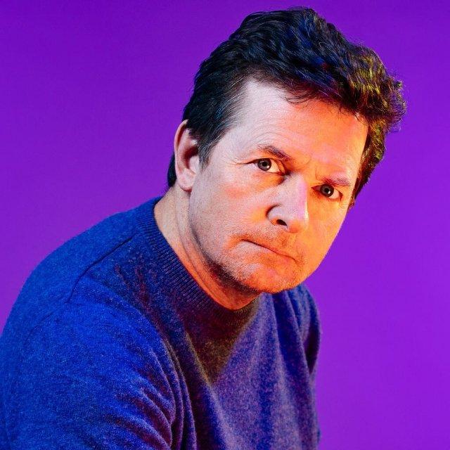 """Майкл Джей Фокс, звезда фильма """"Назад в будущее"""" в синем свитере"""